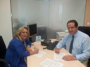D. Daniel Martín y Encarnación Navas en la firma del Convenio